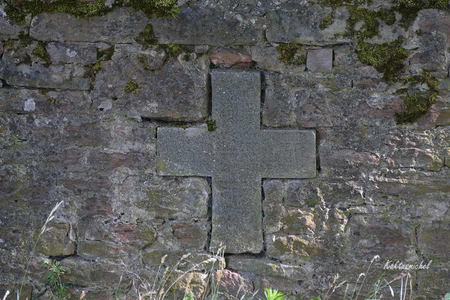 Kreuz in der Mauer ©Kaktusmichel (Der Friedhof lebt Artenvielfalt)